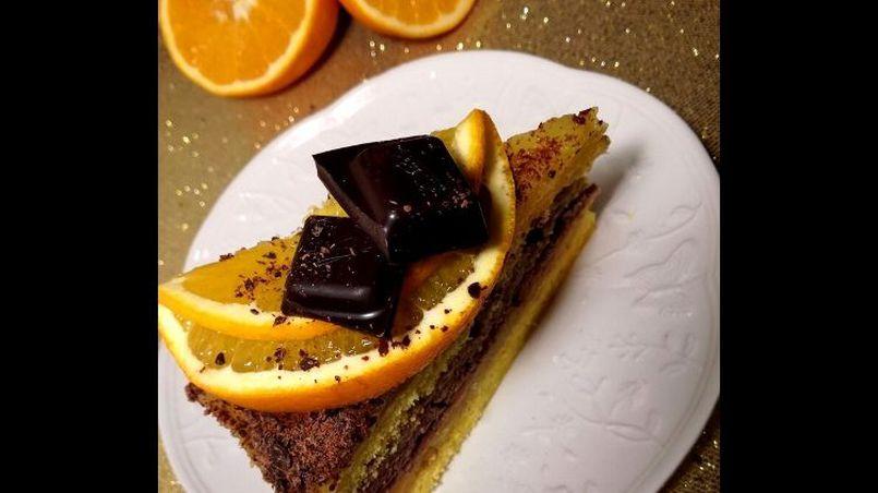 Mocno pomarańczowy torcik z kremem czekoladowym