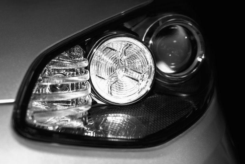 Żarówki halogenowe czy ksenonowe – porównanie oświetlenia samochodowego